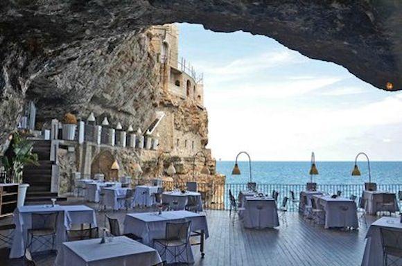GrottasPalazzesesRestaurantsnearsPolignanosasMare,sApulia,sItaly