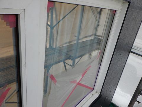 外壁塗装後に窓ガラスを養生します