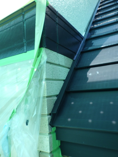 外壁と屋根が接している箇所があり