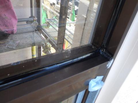ガラスとの相性が良いシリコンシーリングで防水しました