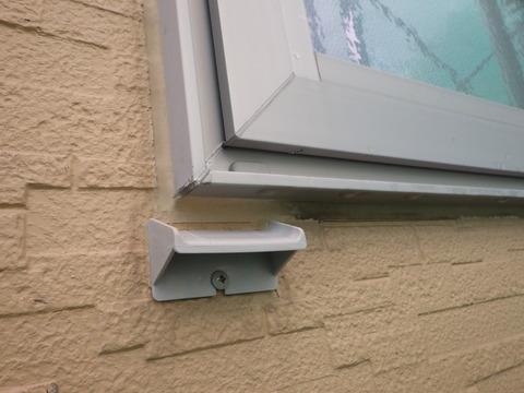 既存の窓下水切りが干渉するので