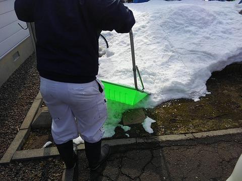 足場仮設に向けて雪割り