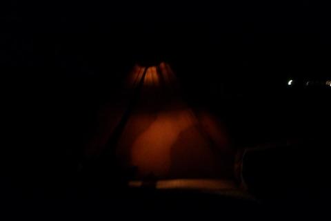 外とは裏腹にテント内は静寂