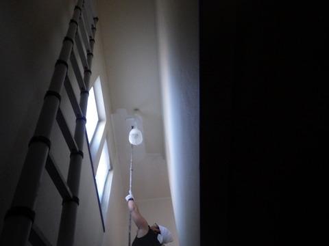 階段吹き抜けは狭所用梯子を使います