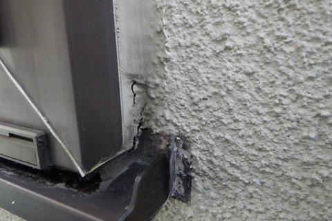 窓廻り角部のシーリングが断裂