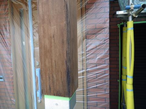 玄関廻り木部、シミが出来ています