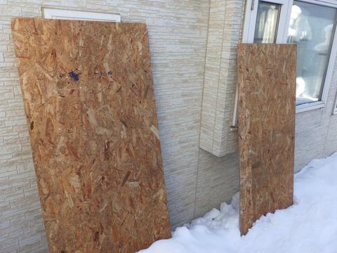 雪下ろし箇所の窓はコンパネで養生します