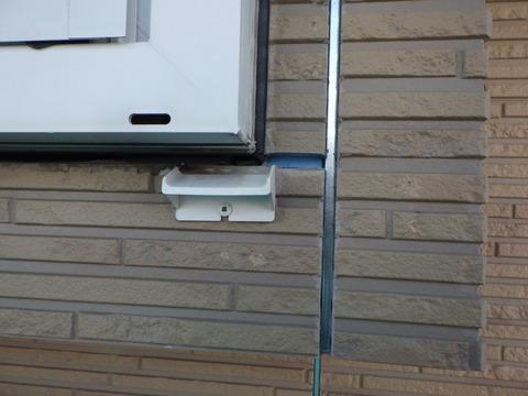既存の窓下水切りは窓枠に近すぎる