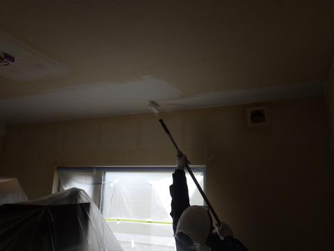 下塗りはシミ止めシーラーを使用