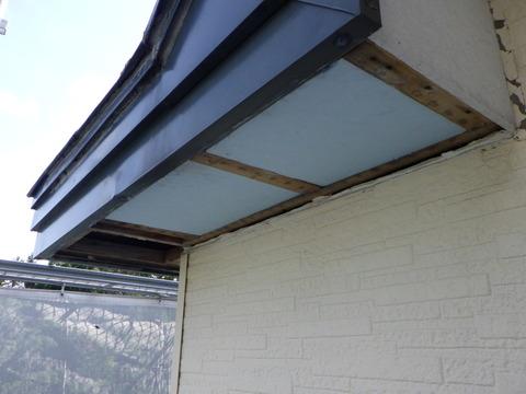 何故か軒天井にスタイロフォームが取り付けてある?