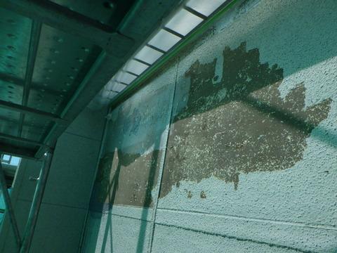 外壁に大きな既存塗装剥離が発生している