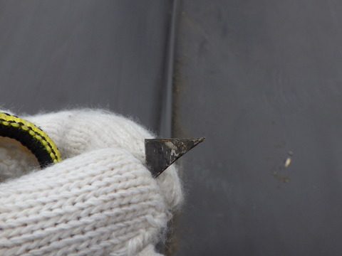 屋根トタンの切れ端が刺さっていた!