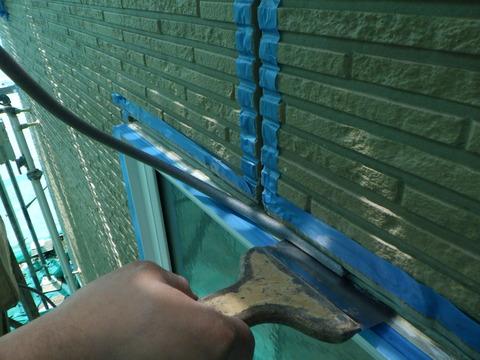 窓廻もうちしろを確保してバッカー材を詰めていきます