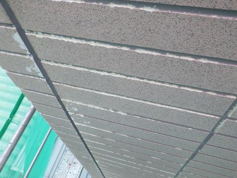 タイル模様の凹部は既存塗膜がほとんど剥がれ落ちています