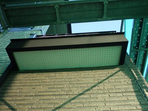 側面、破風板の隙間を埋めてから新しく板を張りました