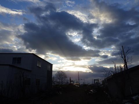 倉庫前11月の朝日