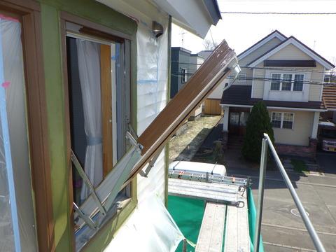 2F部分の足場を解体してから回転窓を塗装します