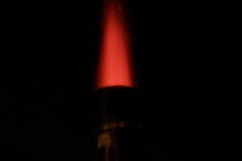 煙突から火柱が上がっています