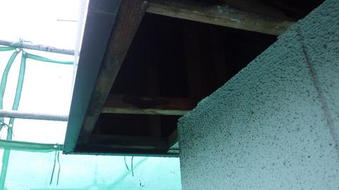 劣化軒天井を撤去すると