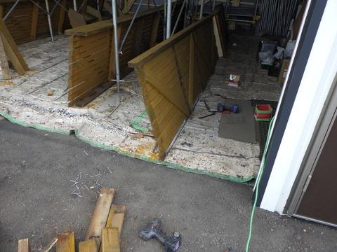 外した手摺は倉庫で塗装します