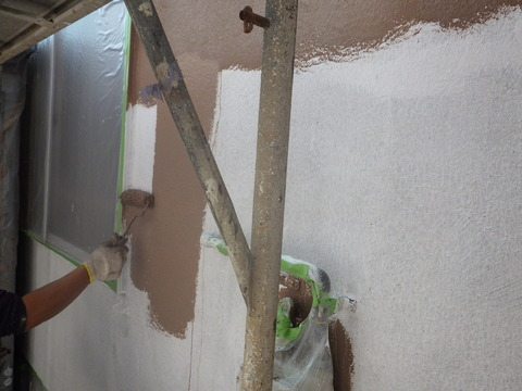 中塗り塗装は刷毛、ローラー塗りで