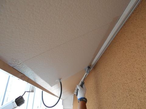 軒天井に下塗りシーラー塗装