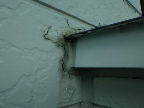 外壁各所がボロボロになっています