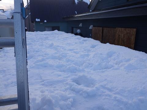 車庫上の雪を落とします