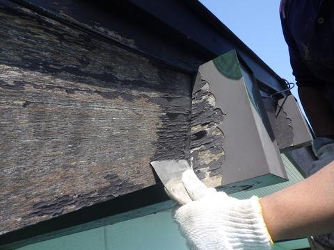 破風板の塗装は剥がれている
