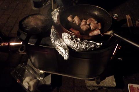 フライパンも出して焼肉も楽しみます
