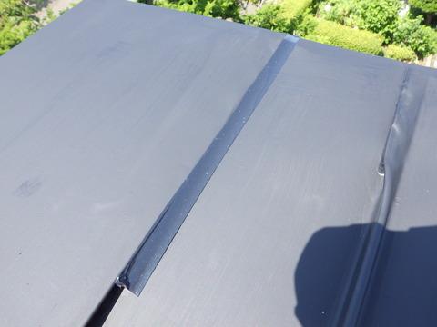 屋根トタン端部は全て防水します