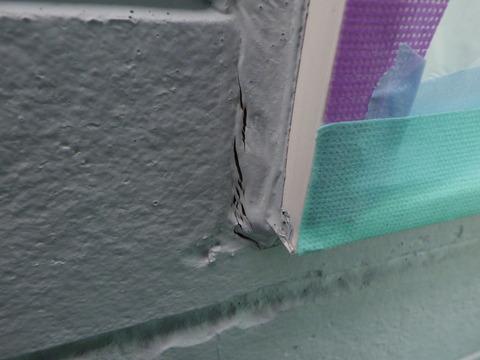窓廻りに断裂が発生しています