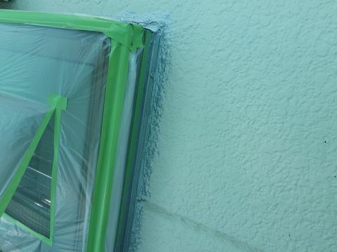 窓廻りはシリコンシーリング処理を行います(銀色箇所が処理済み)