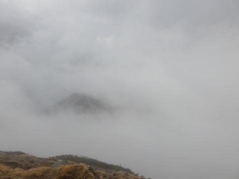 山頂付近は猛烈な風と山霧!?