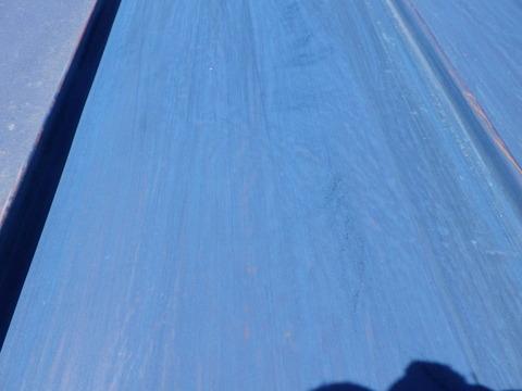 表層の汚れやチョーキング層を削り落とします