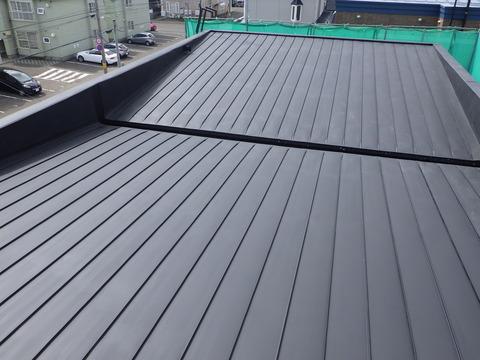 屋根、下地処理後に黒色サビ止め塗装
