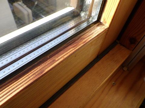 木製回転窓の室内側