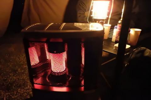 テント内には灯油ストーブを稼働させている