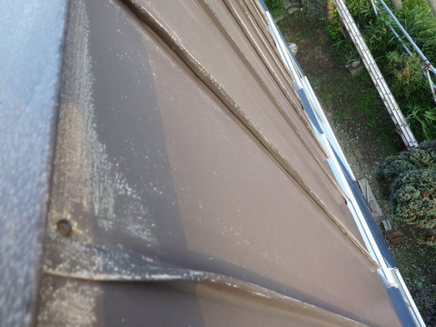垂直面のパラペット屋根はそれほどサビていない