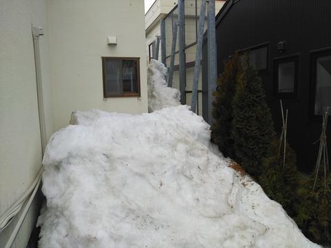 片流れ屋根の落雪量は凄まじい