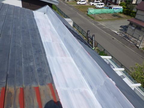 塩ビ鋼板と密着性が良いプライマーを塗る。白色プライマー