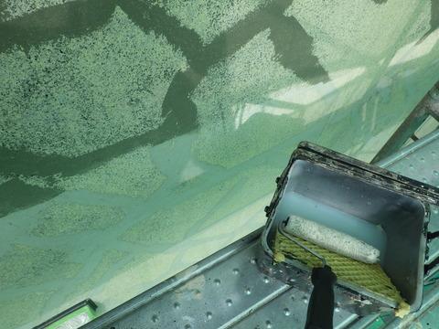 シーラーを塗るとひび割れ補修跡がくっきり出ますね