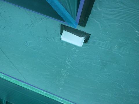 窓下水切りを取り付けることで防げます