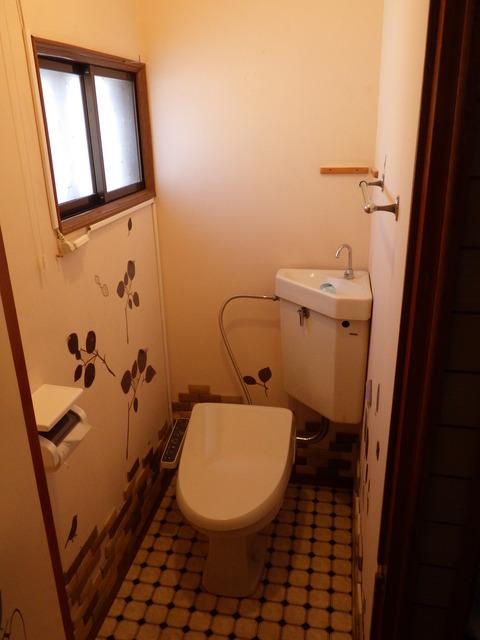 トイレの内壁を塗装します
