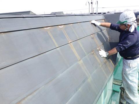 パラペット屋根の一部に深いサビが発生している