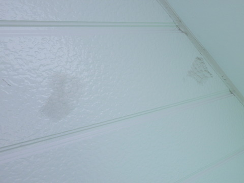 外壁補修にシーリングを薄付けで使用している