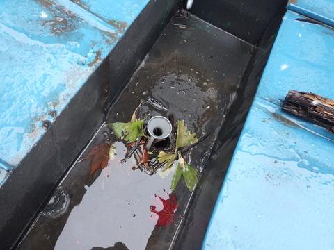 スノコ下のダクト内にはゴミが多い