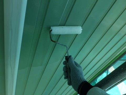 外壁に下塗り弱溶剤エポキシシーラーを塗る