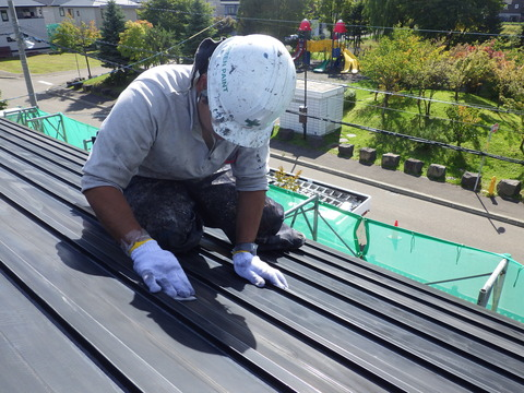 しっかり時間をかけて屋根全面削ります!