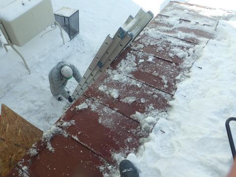 雪止めに足をかけて雪庇を落としていきます